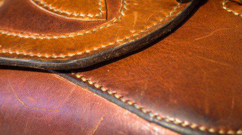 Detail Stickerei Gürteltasche