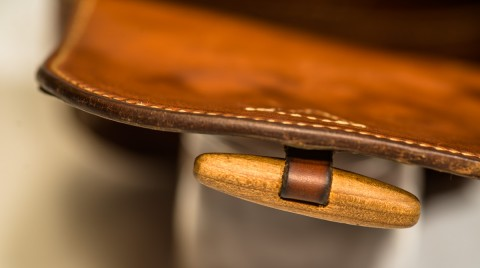 Detail Innenseite mit Glattleder und Zwetschgenholz-Verschluss